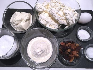 Zutaten: Quark, Eier, Rosinen, Grieß, Salz, Zucker, Sauerrahm, Vanillezucker, Butter, Puderzucker