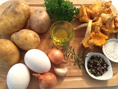 Zutaten: Kartoffeln, Pilze, Ziegenkäse, Eier, Zwiebeln, Knoblauch, Petersilie, Rosmarin, Olivenöl, Salz, Pfeffer