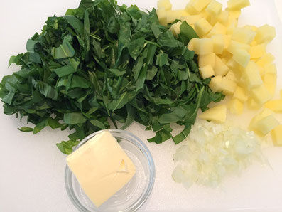 Zwiebeln hacken, Bärlauch in Streifen und Kartoffeln in Würfel schneiden