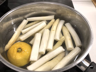 Den Spargel in Salzwasser kochen