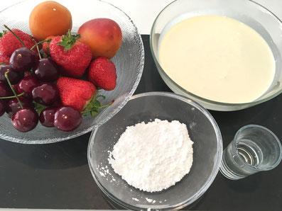 Zutaten: Aprikosen, Erdbeeren, Kirschen, Rahm, Puderzucker, Kirsch