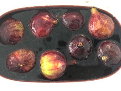 Die Feigen zugedeckt 12 Std. im Rotweingemisch marinieren