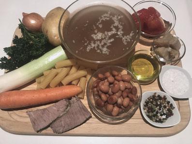 Zutaten: Bouillon, Bohnen, Tomaten, Kartoffel, Teigwaren, Lauch, Karotten, Wirsing, Sellerie, Zwiebel, Knoblauch, Petersilie, Olivenöl, Parmesan, Salz, Pfeffer