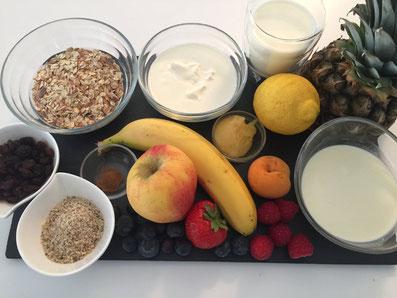 Zutaten: Flockenmischung, Joghurt, Quark, Milch,Rahm, Haselnüsse, Sultaninen, Zimt, Honig, Apfel, verschiedene Früchte