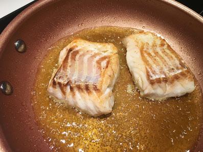 Fisch und Spinat in je einer Bratpfanne sautieren