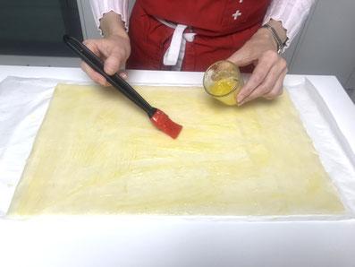 Die Teigböden mit flüssiger Butter bestreichen