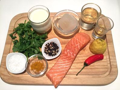 Zutaten: Lachs, Weisswein, Wermut, Rahm, Fischfond, Zitrone, Chilischote, Zwiebel, Koriander, Curry, Butter, Salze, Pfeffer