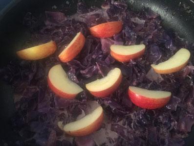 Nach 30 Minuten die Apfelschnitze dazu geben und zugedeckt noch 10 Minuten köcheln lassen