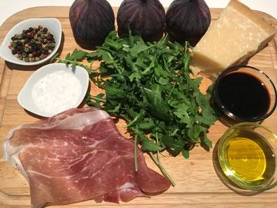 Zutaten: Rucola, Feigen, Parmaschinken, Parmesan, Aceto balsamico, Olivenöl, Salz, Pfeffer