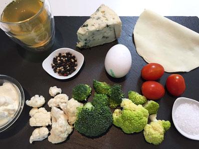 Zutaten: Blumenkohlsorten, Cherry Tomaten, Roquefort, Crème fraîche, Bouillon, Blätterteig, Eigelb