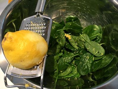 Zesten der Zitrone beigeben