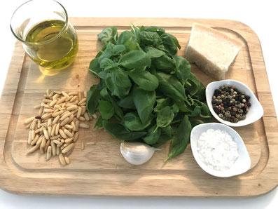 Zutaten: Basilikum, Olivenöl, Pinienkerne, Parmesan, Knoblauch, Salz, Pfeffer