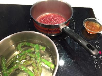 Spargelspitzen kochen, Rotwein und Fond ein reduzieren