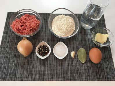 Zutaten: gehacktes Fleisch, Mehl, Wasser, Ei, Butter, Zwiebel, Knoblauch,Lorbeerblatt, Salz und Pfeffer