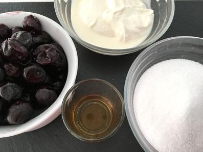 Zutaten für die Creme: Kirschen, Sauerrahm, Zucker, Grand Marnier