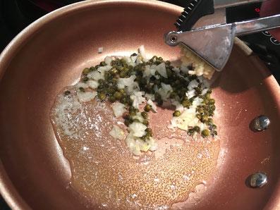 Grüner Pfeffer, Zwiebeln und Knoblauch in Butter anschwitzen