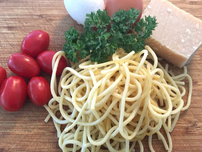 Zutaten: gekochte Spaghetti, Cherry Tomaten, Eier, Petersilie, Parmesan (optional)