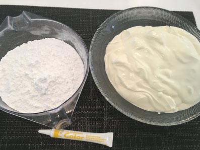 Zutaten für die Crème: Puderzucker, Sauerrahm, Lebensmittelfarbe