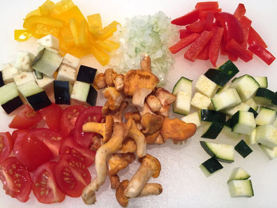 In Würfel geschnittenes Gemüse und Pilze
