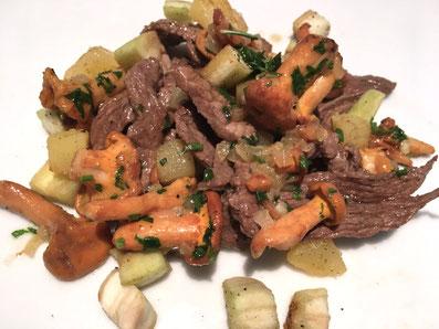 Das Fleisch anrichten und mit den Pfifferlingen, den Aubergine und den Kartoffeln garnieren