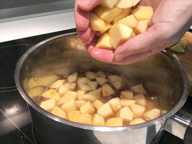 Die Apfelstücke im Jus weich kochen