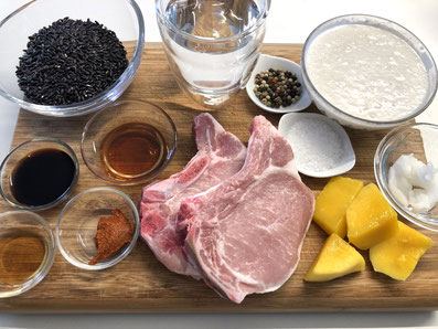 Zutaten: schwarzer Reis, Kokosnussmilch, Wasser, Salz, Mango, Schweinekotelett, Kokosnussöl, Reiswein, Fischsauce, Sojasauce, Curry, Pfeffer