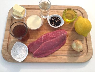 Zutaten: Kalbsschnitzel, Zitrone, Zwiebel, Weisswein, Kalbsfond, Rahm, Butter, Olivenöl, Salz, Pfeffer