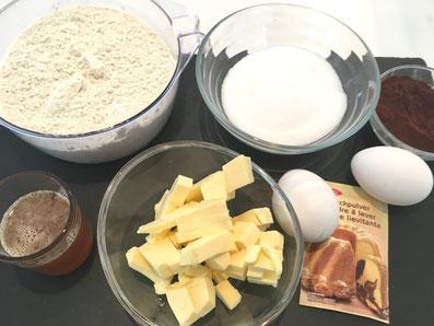 Zutaten: Mehl, Zucker, Kakao, Eier, Backpulver, Butter, Bienenhonig