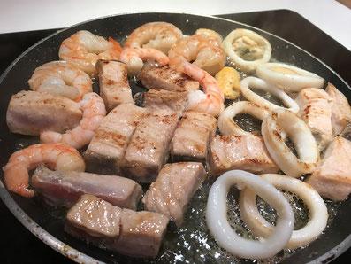 Den Fisch und die Meeresfrüchte in Butter kurz anbraten