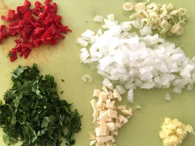 Chilischote, Koriander, Zwiebel, Knoblauch, Zitronengras fein hacken