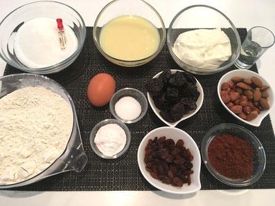 Zutaten: Mehl, Zucker, Bittermandelaroma, Kondensmilch, Sauerrahm, Wasser, Mandeln, Zwetschgen, Ei, Backpulver, Vanillezucker, Sultaninen, Stärke, Kakao
