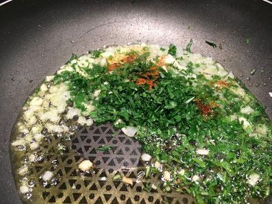 Zwiebeln, Knoblauch, Paprika und Kräuter in heissem Olivenöl kurz schwenken