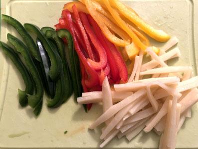 Paprika und Bambussprossen in feine Streifen schneiden