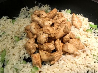 Das Fleisch mit dem Reis vermengen und nochmals 5 Minuten zugedeckt köcheln lassen