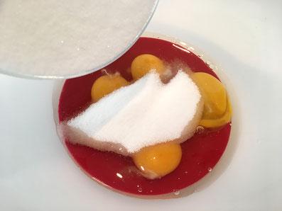 Eier und Zucker vermischen