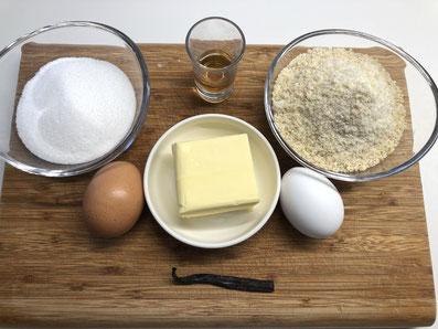 Zutaten Mandelmasse: Butter, Zucker, Rum, Eier, Vanillemark, geschälte und gemahlene Mandeln