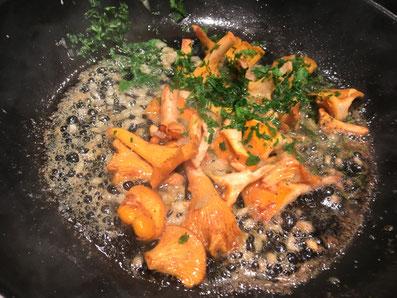 Die Petersilie zu den Pilzen geben, salzen, pfeffern, mit Paprika abschmecken, kurz schwenken und warm stellen