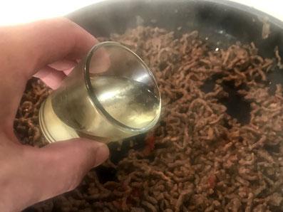 Das Fleisch mit Weißwein ablöschen