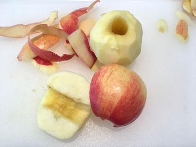 Die Äpfel schälen, entkernen und halbieren. Die Zwetschgen halbieren und entkernen
