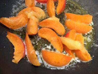 Die Aprikosen mit Butter und Honig karamellisieren
