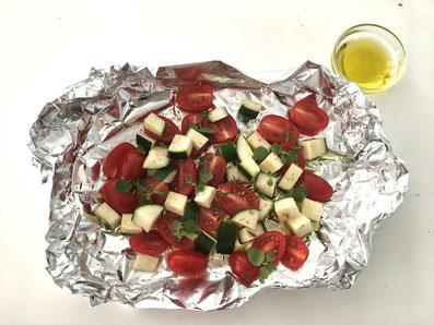 Das in Würfel geschnittene Gemüse mit Olivenöl in ein Aluminiumkörbchen legen