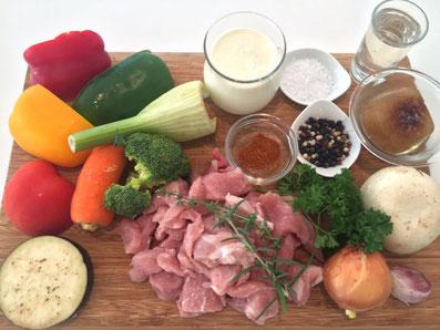 Zutaten: Schweinefleisch, Aubergine, Tomate, Karotte, Broccoli, Fenchel, Peperoni, Champignon, Zwiebel, Knoblauch, Weisswein, Kalbsfond, Rahm, Kräuter