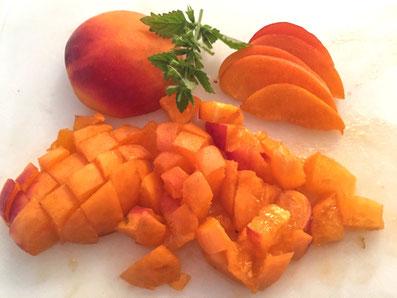 Aprikosen in Würfel und Scheiben schneiden