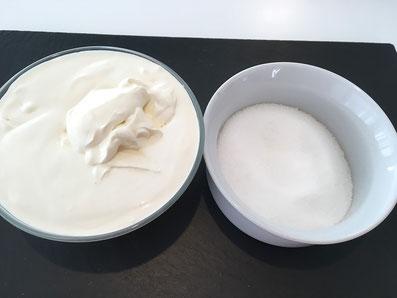 Zutaten: Sauerrahm und Zucker