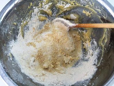 Mehl und Mandeln dazugeben und kneten