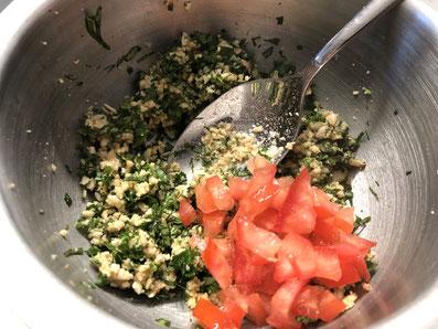 Die Tomatenwürfel unterheben