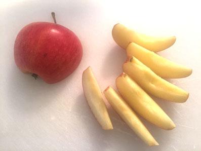 Apfel entkernen und in Achtel schneiden