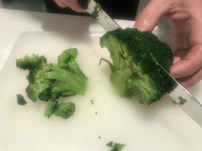 Den Brokkoli in Scheiben schneiden