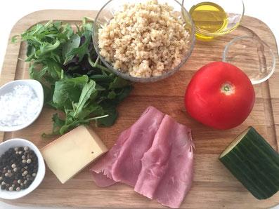 Zutaten: Couscous, Schinken, Käse, Tomaten, Gurken, Salat, Olivenöl, Weissweinessig, Salz, Pfeffer