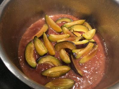 Die Sauce ein reduzieren und die Zwetschgen beifügen